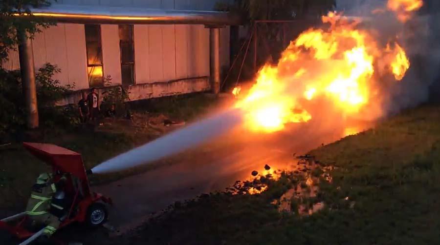 Lance à incendie contre lance-flammes qui sera le plus fort ?
