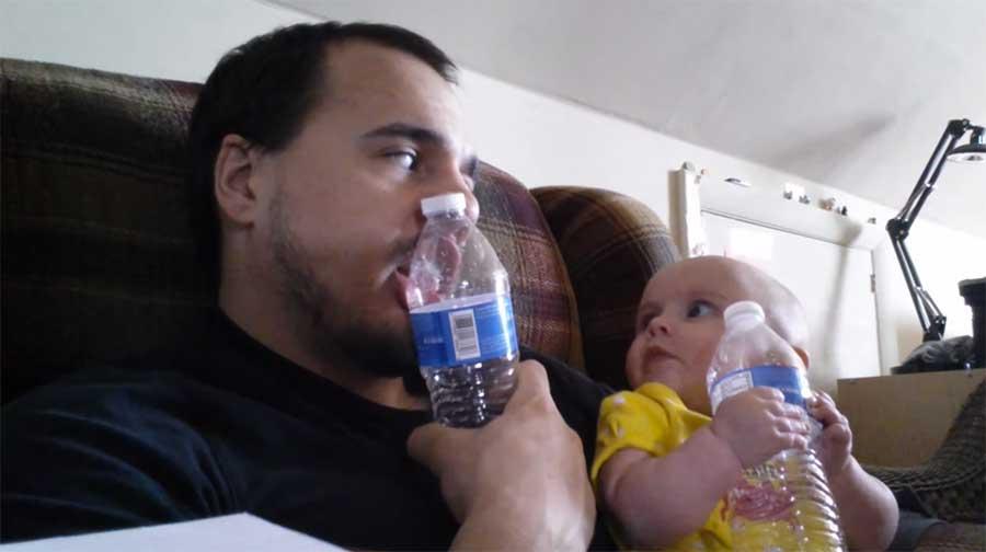 La complicité entre ce père et son bébé réchauffe le coeur !