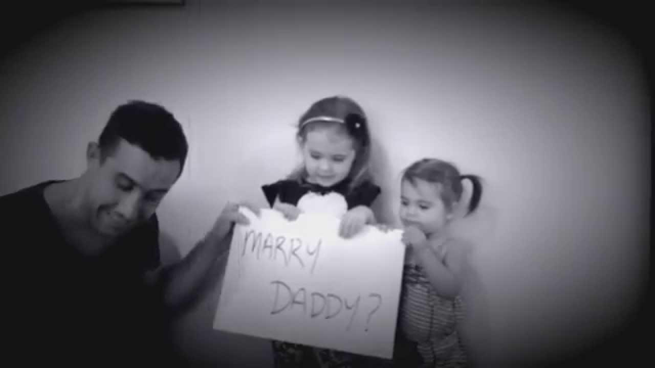 Il demande à ses filles de l'aider pour sa demande en mariage, la vidéo est ADORABLE !
