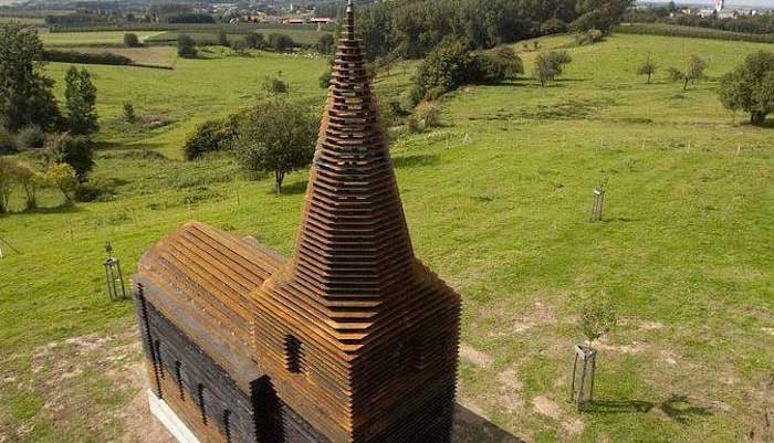 Vue sous un certain angle, cette église aurait presque l'air normale, mais si vous regardez ailleurs...