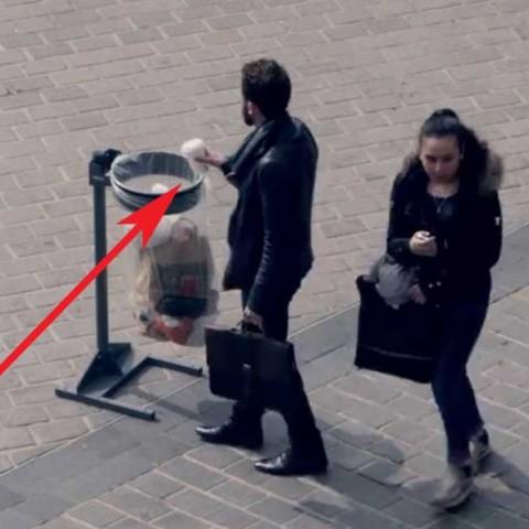 Il jette un gobelet à la poubelle, ce qui lui arrive va vous étonner !
