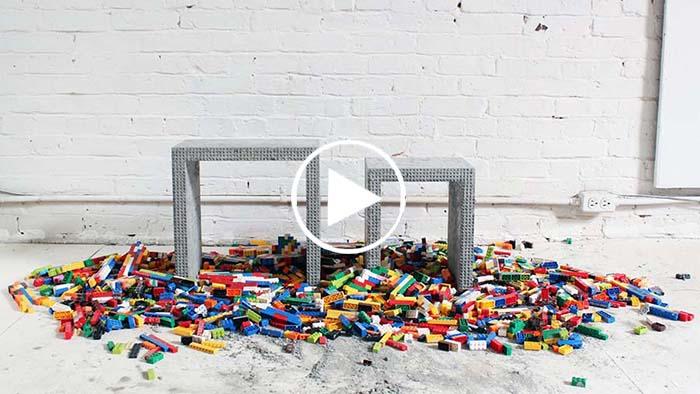 Il met du béton dans un moule de Legos pour vous présenter une astuce incroyable !