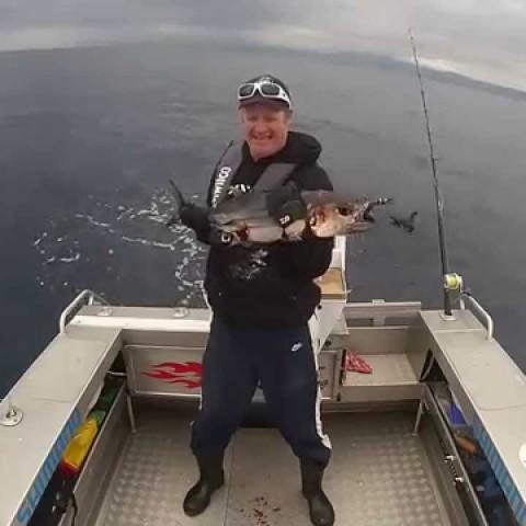 Il veut prendre une photo avec le poisson qu'il vient de pêcher, la suite va vous amuser !