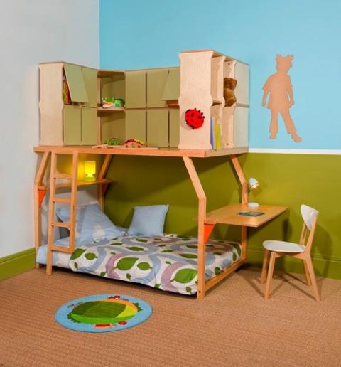 un lit avec des rangements pour les jouets