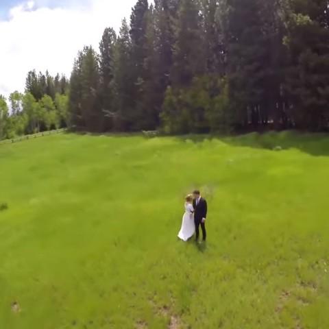 Il filme un mariage avec un drone quand tout à coup...