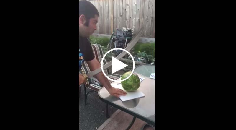 Il coupe une pastèque avec un sabre, ce qui arrive ensuite va vous faire exploser de rire !