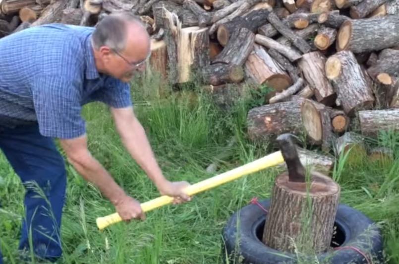 Sa technique pour couper du bois va vous surprendre !