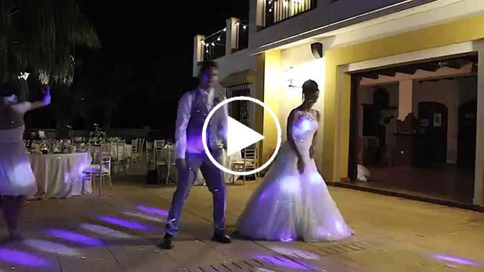 Quand les mariés commencent à danser, vous resterez sans voix !
